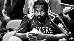 Moses Malone con la camiseta de los 76ers en el Madison Square Garden de Nueva York, en 1984.