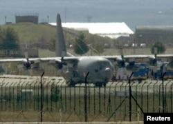 ເຮືອບິນຂົນສົ່ງ C-130 ຂອງກອງທັບສະຫະລັດ ທີ່ຖານທັບອາກາດເທີກີ.