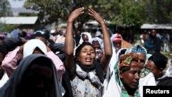 Une femme pleure lors des obsèques de Dinka Chala, une professeure des écoles tuée par les forces militaires lors d'une récente manifestations, à Holonkomi town, à Oromia, Ethiopie, le 17 décembre 2015.