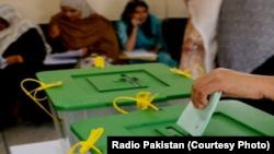کراچی کے ضمنی انتخاب میں پولنگ۔