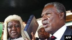 Tân Tổng thống Zambia Michael Sata (phải) tuyên thệ nhậm chức