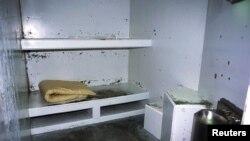 Estas son las celdas de aislamiento. Los peligrosos delincuentes son confinados en ellas durante 22 horas y media cada día.