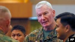 El teniente General John Doolan (centro), comandante de las fuerzas estadounidenses en el Pacífico en el inicio de los ejercicios militares Balikatan 2016, en la ciudad de Quezon, Filipinas.