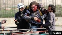 Thường dân Syria bị thương trong một vụ không kích ở thành phố Aleppo.
