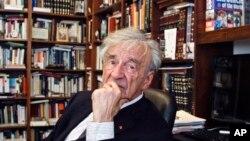 تصویری از الی ویزل در دفتر کارش در نیویورک - ۲۰۱۲