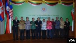 Para Menteri Luar Negeri negara-negara ASEAN berfoto bersana di Pagan, Myanmar (16/1).