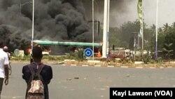 Un incendie à Lomé, au Togo, le 28 février 2017. (VOA/Kayi Lawson)
