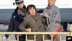 一名中国妇女被穿制服和便衣的警察粗暴拘留(资料照片)