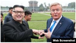 Hai người đàn ông giả làm ông Donald Trump và ông Kim Jong Un tại Hà Nội ngày 22/2/2019. Photo Zing.