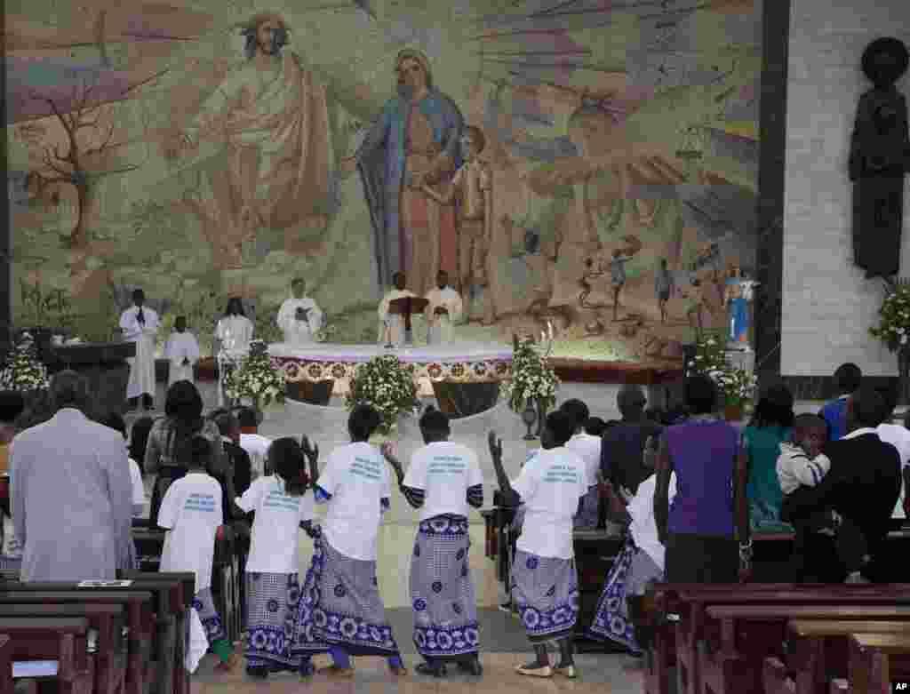 """Miles esperaron la madrugada del día de Navidad para participar de las celebraciones de alegría por el nacimiento del """"hijo de Dios"""", en Nairobi, Kenya."""
