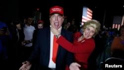 民主黨總統參選人希拉里克林頓的支持者打扮成希拉里和共和黨參選人川普(左)的形象,參加希拉里超級星期二晚間在佛羅里達州邁阿密市舉行的晚會。
