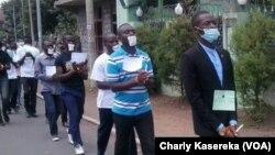 Les membres de la LUCHA marchent mains liées et bouche bandée lors d'une marche à Goma, RDC, 15 mrs 2016.