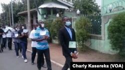 Les membres de la Lucha lors d'une marche pacifique, mains liées et bouche bandée en signe de solidarité avec leur camarades arretés à Kinshasa et à Goma, sur une route en plein centre ville de Goma, le 15 mars 2016.