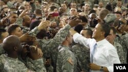 Presiden AS Barack Obama menyalami anggota pasukan AS di pangkalan militer Fort Campbell, Kentucky (6/5).