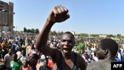 Des manifestants dans les rues de Ouagadougou, le 28 octobre 2014.
