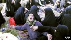 8月12日伊朗西北部震灾瓦尔扎甘镇附近一个村庄家属痛哀死难的亲人