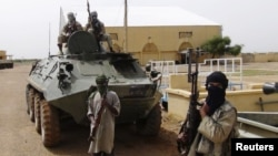 Des combattants du Mujao montent la garde à Gao, le 7 août 2012