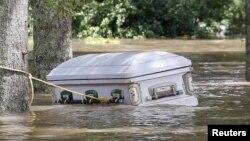 Un ataúd flota en las aguas en la parroquia Ascensión en Luisiana, mientras continúan las inundaciones.