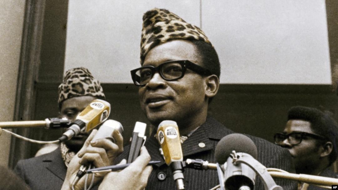Le 26 mars 1973, le président zambien, Joseph Mobutu, s'entretient avec la presse en attente de son départ du Palais des Elysées à Paris.
