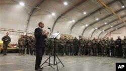 Menhan Perancis Gerard Longuet berbicara kepada pasukan Perancis saat berkunjung ke Kabul (foto: dok). Perancis mengakhiri misi tempurnya di Afghanistan hari Selasa (20/11).