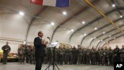지난 1월 아프가니스탄 주둔 프랑스 군 부대를 방문한 제라르 롱귀에 프랑스 국방장관. (자료사진)