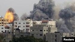Asap tebal akibat ledakan nampakmenyelimuti kota Gaza saat Israel melancarkan serangan udara ke wilayah tersebut, 21 November lalu (Foto: dok).Human Rights Watch (HRW) menuduh Israel melanggar hukum perang saat melancarkan serangan yang menewaskan 12 warga sipil ini.