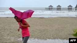 Bão Rammasun đã gia tăng cường độ ở Biển Đông với sức gió vượt hơn 200 kilômét/giờ.