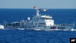 Kapal penjaga pantai China melakukan patroli di dekat kepulauan Senkaku atau Diaoyu yang diklaim oleh Jepang dan China, Sabtu (6/8).