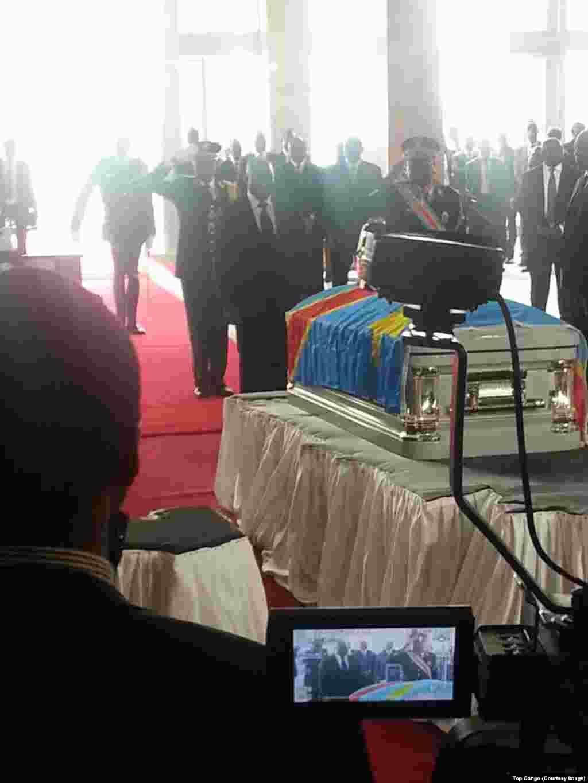 Le président congolais Joseph Kabila décore à titre posthume Papa Wemba dans la ville de Kinshasa en RDC. 2 mai 2016, (Top Congo FM)