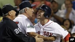 """Cody Ross, derecha, de los Medias Rojas de Boston es detenido por su manager Bobby Valentine cuando protesta por haber sido declarado """"out"""" en el juego contra los Yankees, en el Fenway Park de Boston, el miércoles 12 de septiembre."""