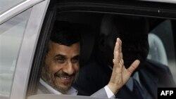 Tổng thống Iran Mahmoud Ahmadinejad vẫy chào khi đến sân bay quốc tế Jose Marti ở Havana, Cuba, Thứ Tư 11/1/2012