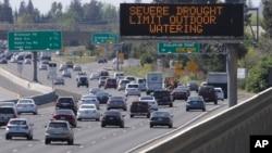 2015年4月2日加州高速公路上提醒减少用水的标牌
