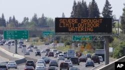 Un rótulo advierte a los motoristas sobre no usar agua para regar jardines.