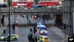 Policijska vozila i autobusi na Londonskom mostu ispod njega (Foto: AP/Frank Augstein)