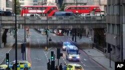 2019年11月29日星期五,伦敦桥上下的警车和公共汽车。(美联社照片)