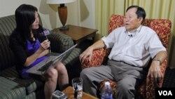 지난 13일 VOA 유미정 기자(왼쪽)와 인터뷰 중인 노금석 씨.