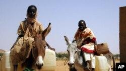 Deux réfugiés quittent le camp de Fata Borno près du Darfour, Soudan, le 14 octobre 2006.