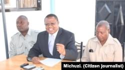 Mbunge wa Singida Mashariki Tundu Lissu kati kati akizungumza na waandishi wa habari kulia kwake ni katibu mkuu wa Chadema Dr.Wilbroad Slaa.