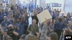 Một khách hàng ở London vui mừng vì vừa mua được iPad