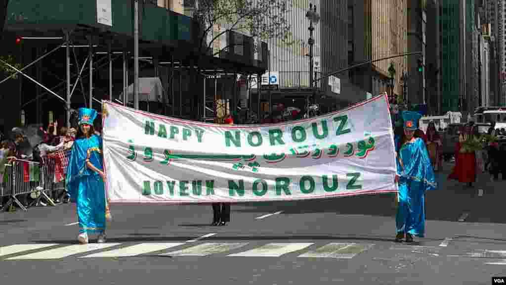 رژه ایرانیان در شهر نیویورک در سال ۲۰۱۹. رژه سالانه ایرانیان نقطه اوج یک سال تلاش گسترده جامعه ایرانیان برای جشن گرفتن پیشینه غنی فرهنگ ایرانی در شهر نیویورک است.