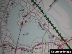 Bản đồ Quy hoạch Hà Nội trong cuộc triển lãm ngày 20/4/2010 tại Trung tâm Triển lãm Vân Hồ – phần quy hoạch vạch tuyến đường sắt đô thị số 5 xuyên qua Hồ Tây và Phủ Tây Hồ. (Ảnh: Phạm Viết Đào)