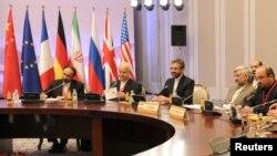 Para anggota delagasi Iran yang dipimpin oleh kepala negosiasi nuklir, Saeed Jalili (dua dari kanan), hadir dalam pembicaraan nuklir di Almaty, Kazakhstan (26/2).