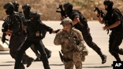 Un funcionario estadounidense dice que EE.UU. enviará muy pronto más fuerzas especiales a Sirias.