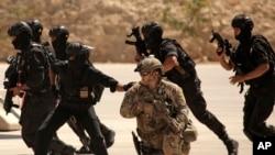 تمرین نظامی مربی های نظامی آمریکایی به نیروهای ویژه عراقی و اردنی در یک کمپ نظامی در اردن