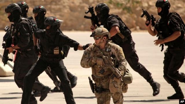 Foto de archivo de un entrenamiento para fuerzas especiales de Irak, Jordania y Estados Unidos en el Centro de entranamiento Rey Abdullah en Amman, Jordania.