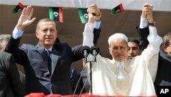 레제프 타이이프 에르도간 터키 총리(왼쪽)와 무스타파 압둘 잘릴 리비아 과도정부 위원장(오른쪽)