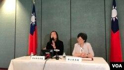 台湾数码政务委员唐凤2019年4月26日在台湾驻美代表处记者会上介绍访问华盛顿情况(美国之音锺辰芳拍摄)