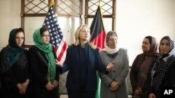 美國國務卿希拉里.克林頓在美國駐咯布爾使館會晤參加公民社會圓桌討論的阿富汗婦女。