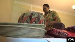 恩庫巴納幫助盧旺達婦女自力更生,將手工編織的籃子進口美國(視頻截圖)