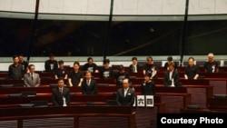 香港泛民议员在立法会会议厅为六四死难者默哀(推特图片/主场新闻)